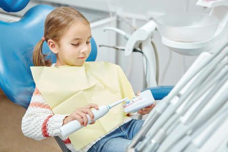 Little patient in the dentist's office, teaching a child to clean teeth on the example of a simulation model. 版權商用圖片