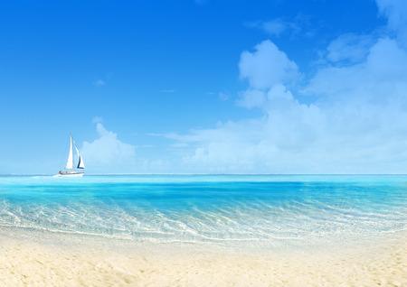 Marien landschap met zeilboot, witte zandstrand en de blauwe hemel. Rustige scène Stockfoto