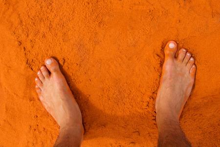 pies masculinos: Pies en el desierto australiano arena roja