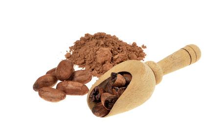cacao: polvo de cacao y cacao en grano con cuchara de madera aislada en el fondo blanco .Shallow profundidad de campo.