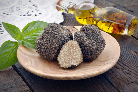 fresh  black  mushroom truffle on a wooden plate Reklamní fotografie