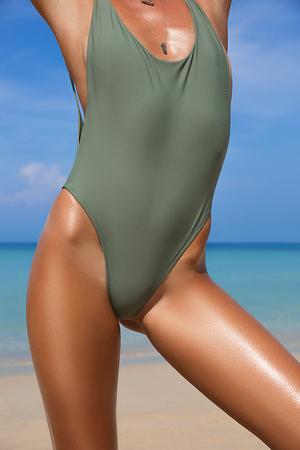 Close-up bela garota slim de luxo em um maiô na praia do oceano. Corpo curtido sexy, estômago plano, figura perfeita. Descanse numa ilha tropical. Foto de archivo - 76923638