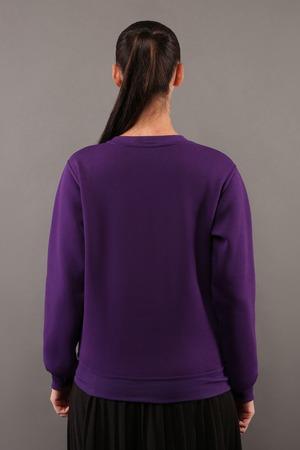 Espalda, joven, inconformista, niña, vestir, blanco, púrpura, algodón, sudadera, copia, espacio, tu, diseño, o, logotipo, mock-up, púrpura, plantilla,