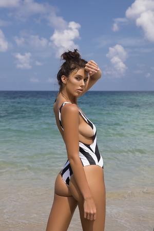 Hermosa mujer sexy en bikini posando en la playa. estilo de la manera Foto de archivo - 85507612