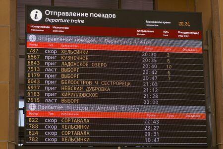 Horario de llegada del tren del marcador. Estación de tren finlandesa. San Petersburgo, Rusia