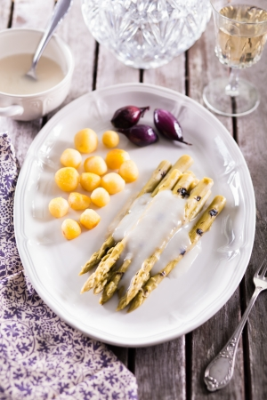 Fresh cooked green asparagus with hollandaise sauce Standard-Bild