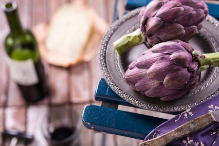 Fresh artichokes on wooden background Standard-Bild