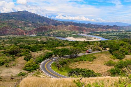 un camino en rojos y verdes montañas, Colombia, América Latina