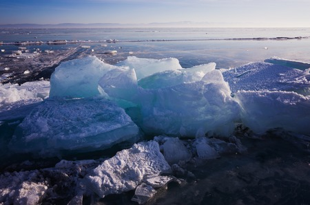 Blue and cold ice of Lake Baikal. Hummocks and heaps of ice Stockfoto