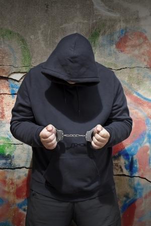 Mann in Handschellen an eine Wand Hintergrund mit Schatten Standard-Bild - 14100692
