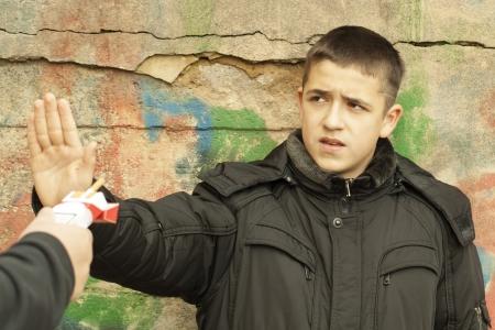 Der Junge flach aus den angebotenen Zigaretten verweigern Standard-Bild - 15895548