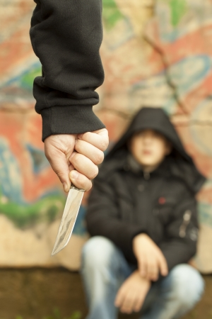 abuso sexual: Boy mira a un hombre con un cuchillo Foto de archivo