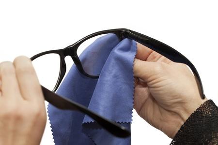 Frau, die versucht, eine Brille auf einem weißen Hintergrund reinigen Standard-Bild - 16352384