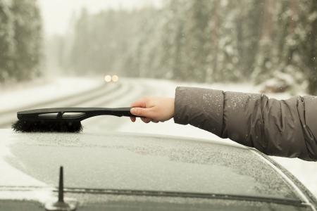 Man reinigt das Auto aus dem Schnee im Schneesturm Standard-Bild - 16811581