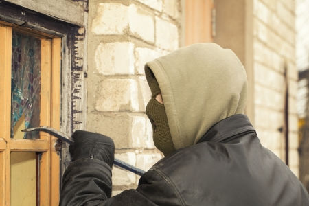 Robber with a crowbar crashed warehouse window