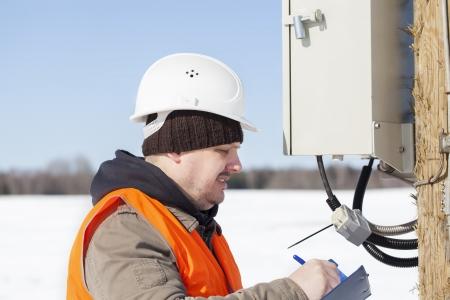 ingenieur electricien: Ing�nieur �lectricien d'inspecter les lignes �lectriques de qualit� technique