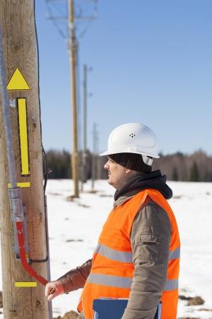 ingenieur electricien: Ing�nieur �lectricien pr�s de la ligne �lectrique dis connecteur