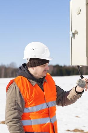 ingenieur electricien: Ing�nieur �lectrique avec c�ble �lectrique pr�s de standardiste Banque d'images