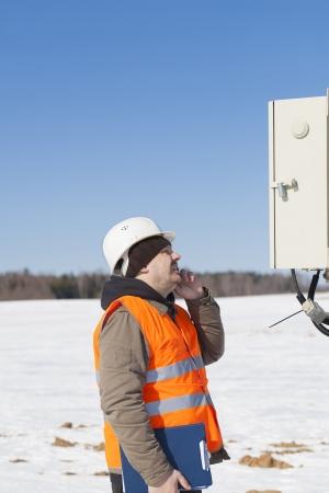 ingenieur electricien: Ing�nieur �lectricien d'inspecter la ligne �lectrique