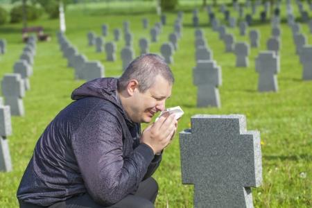 Man weint am Grab des Soldaten Standard-Bild - 19846335