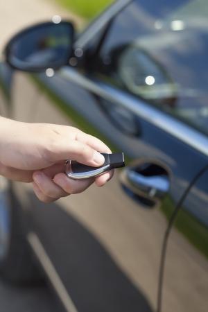 Man s Hand mit einer Auto-Alarmanlage Fernbedienung Standard-Bild - 20172523