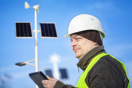ingenieur electricien: Ing�nieur �lectrique avec la tablette PC � proximit� de l'�clairage des rues Banque d'images