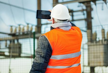 ingenieur electricien: Ing�nieur �lectrique avec Tablet PC dans le poste �lectrique