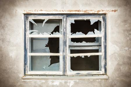 pared rota: Ventana quebrada con el foco a la ventana