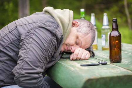 alcool: Hommes ivres de sommeil sur la table