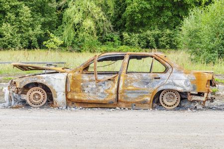 道路の脇に車大破を全焼