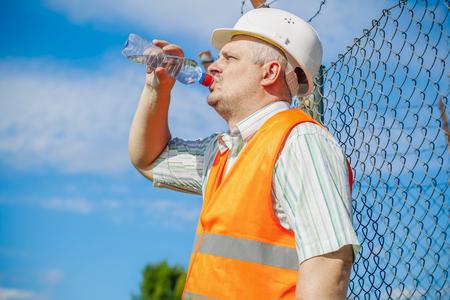 competencias laborales: Ingeniero con la botella de agua