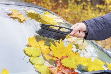 Mann Reinigung Autofenster Standard-Bild - 68495417