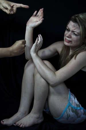 mujer golpeada: Mujer asustada y golpeada blanco simulando la celebración de sus manos tratando de protegerse de sus atacantes