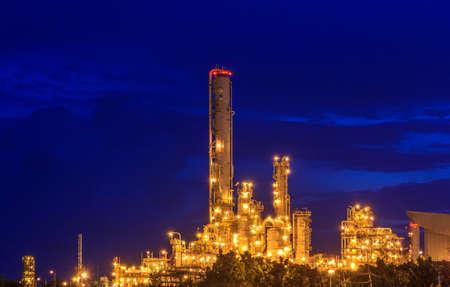 kwaśne deszcze: Rafineria w półmroku