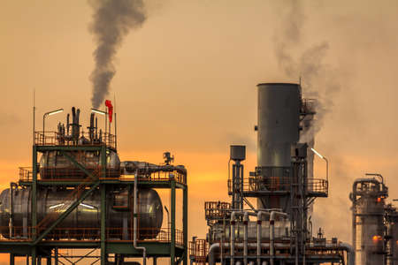 kwaśne deszcze: Morning Sunlight Closeup Na Rafinerii Nafty