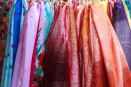 sciarpe: Sciarpe Souvenir su una cremagliera in vendita all'aperto Archivio Fotografico