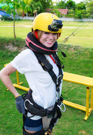 puenting: Mujer joven Get Ready To Do Bungee Jump Foto de archivo
