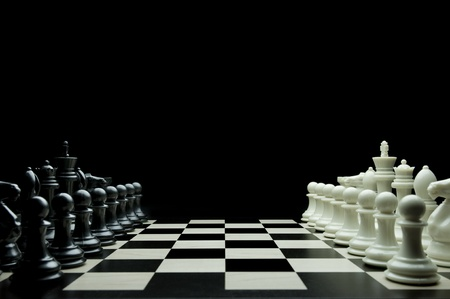 ajedrez: Imagen del juego de ajedrez con piezas de blanco y negro. Foto de archivo