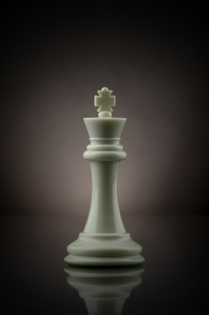 Picture of a white chess king.