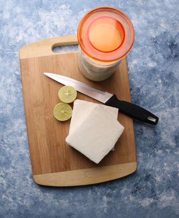 paneer making recipe ingredients, milk and lemon with fresh cottage cheese. Standard-Bild