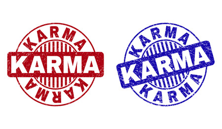 Sceaux de timbre rond Grunge KARMA isolés sur fond blanc. Joints ronds avec texture grunge dans les couleurs rouge et bleu. Impression en caoutchouc vectorielle de la légende KARMA à l'intérieur d'un cercle avec des rayures.