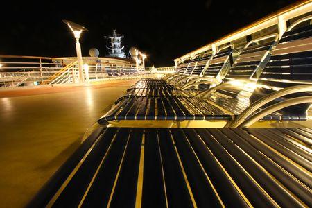 Vanavond lounges stoelen in een rij op een gloeiende plaat cruise schip promenade dek  Stockfoto