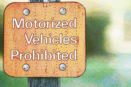 motorizado: Veh�culos motorizados prohibidos - inicio de sesi�n  Foto de archivo
