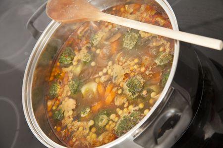 Una olla hirviendo de sopa de la estufa. Centrarse en el centro de imagen.  Foto de archivo - 8189907