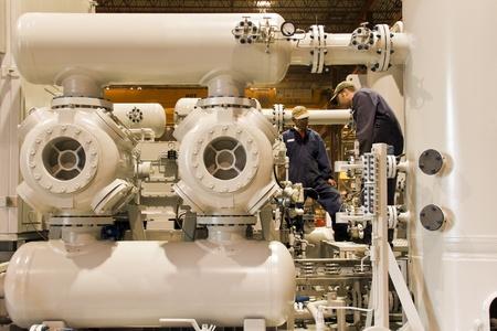 compresor: Estaci�n de compresor de gas natural con dos t�cnicos de trabajo Foto de archivo