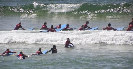 Gold Coast, Australie - 9 septembre 2012: les étudiants de surf Non identifiés à Surfers Paradise prendre les premières leçons de devenir bons surfeurs. sur septembre, 09, 2012 à Gold Coast en Australie. Banque d'images - 16266788