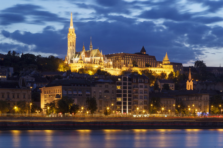 halaszbastya: Budai Reform�tus, Fisherman s Bastion e St Matthias vista sulla chiesa di notte, Budapest, Ungheria