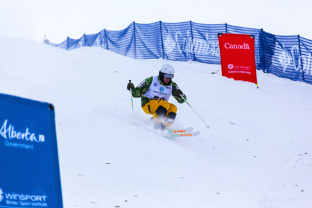 CALGARY CANADA JAN 2 2015. FIS Freestyle Ski World Cup, Winsport, Calgary Unidentified contender practicing on the slope at the Mogul Free Style World Cup on race  day. Imagens - 35936071