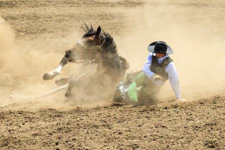 american rodeo: AGUA DEL VALLE, CANADÁ-06 de junio 2015: Vaquero no identificado participa en el en el Bareback Bronco Water Valley Rodeo. Este evento anual es importante para la comunidad de la población rural, así como el deporte amoroso.