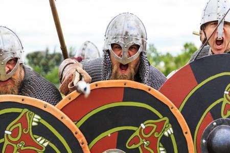 """vikingo: CALGARY CANADÁ 13 de junio 2015: El Museo Militar organizó evento """"Verano Escaramuza"""", donde un soldado no identificado se ve en una recreación histórica batalla. Vikingo de soldadura en la acción."""